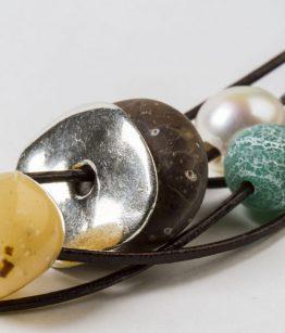 Collar Carlota tonos tirrra minerales resinas zamak con baño de plata hecho a mano Egass Barcelona.