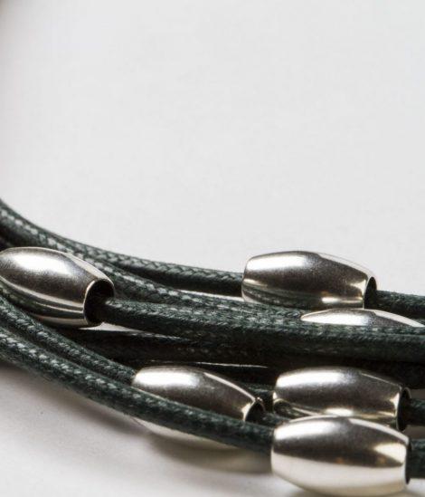 Collar Antia verde oscuro pepitas de zamak con baño de plata hecho a mano Egass Barcelona