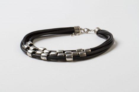 Collaret curt negre cuir zamak amb bany de plata fet a mà Egass Barcelona.