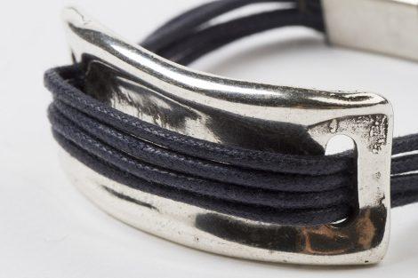 Detalle pulsera Victoria azul oscuro. hecho a mano Egass barcelona.