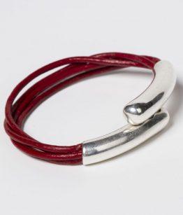 Pulsera Assun color rojo. Cuero fino y zamak con baño de plata.