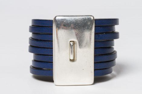 a Pulsera Montse color azul snorkel. Cuero plano y zamak con baño de plata