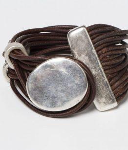 Pulsera Xela marrón. Cuero fino y cierre de zamak con baño de plata.