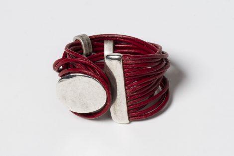 Pulsera Xela color rojo. Cuero y zamak con baño de plata.